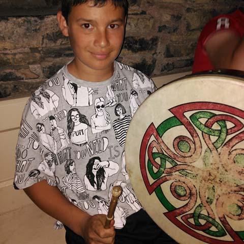 Foto de chico con tambor - cultura y actividades